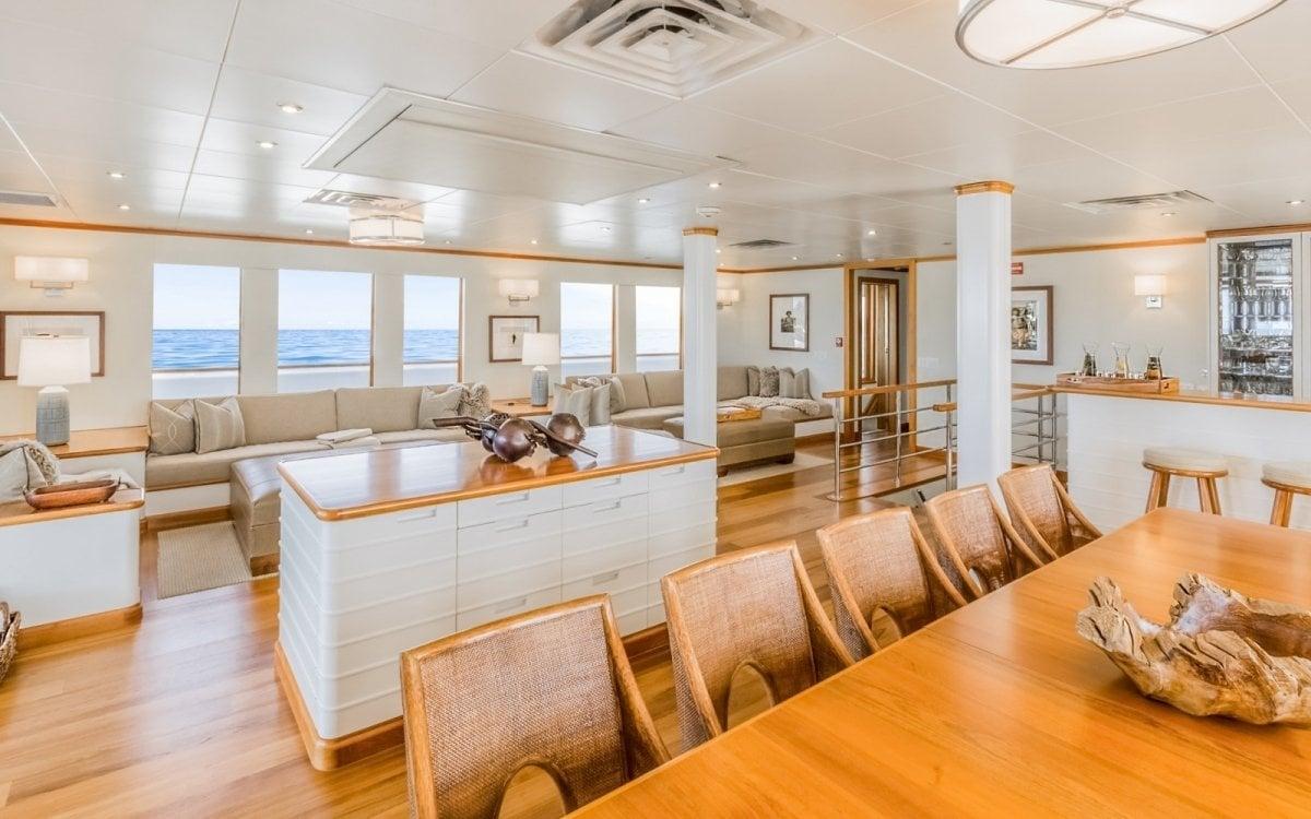 yacht Suri interior